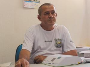 Delegado José Erisvaldo alerta turistas para cuidados com os imóveis (Foto: Ellyo Teixeira/G1)