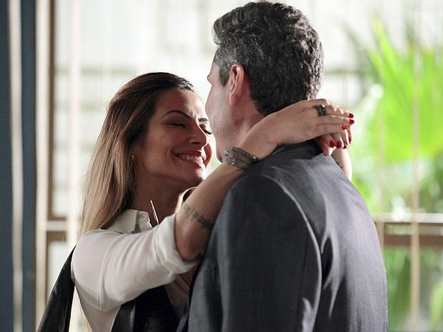 Bianca concorda em viajar com Stenio pela Turquia (Foto: Salve Jorge/TV Globo)