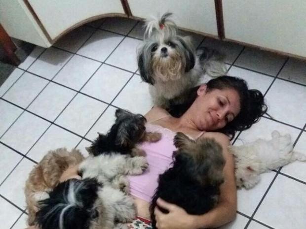 Kleidy Carvalho procura ajuda para recuperar os quatro cachorros (Foto: Kleidy Carvalho/ Arquivo Pessoal)