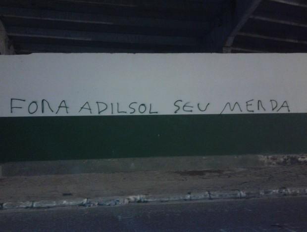 adilson batista pichação muro orlando scarpelli (Foto: Reprodução Facebook)
