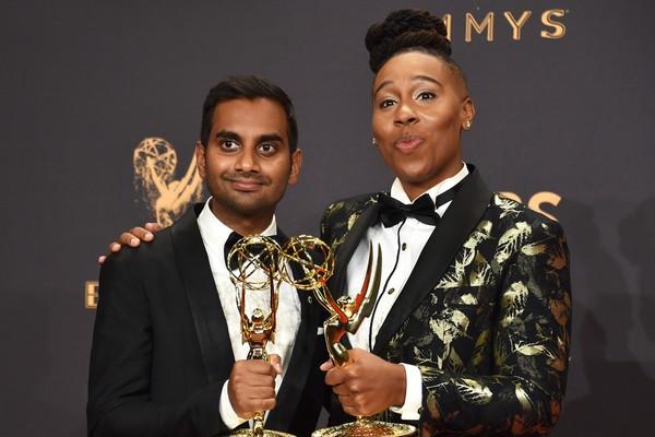 A atriz posa com estatueta que ganhou ao lado do ator Azis Ansare (Foto: Getty Images)