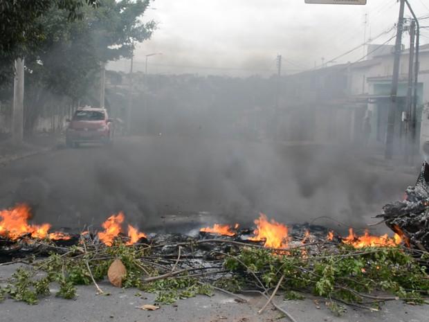 Protestantes usaram galhos e atearam fogo para bloquear rua que liga bairros mais populosos de João Pessoa (Foto: Walter Paparazzo/G1)