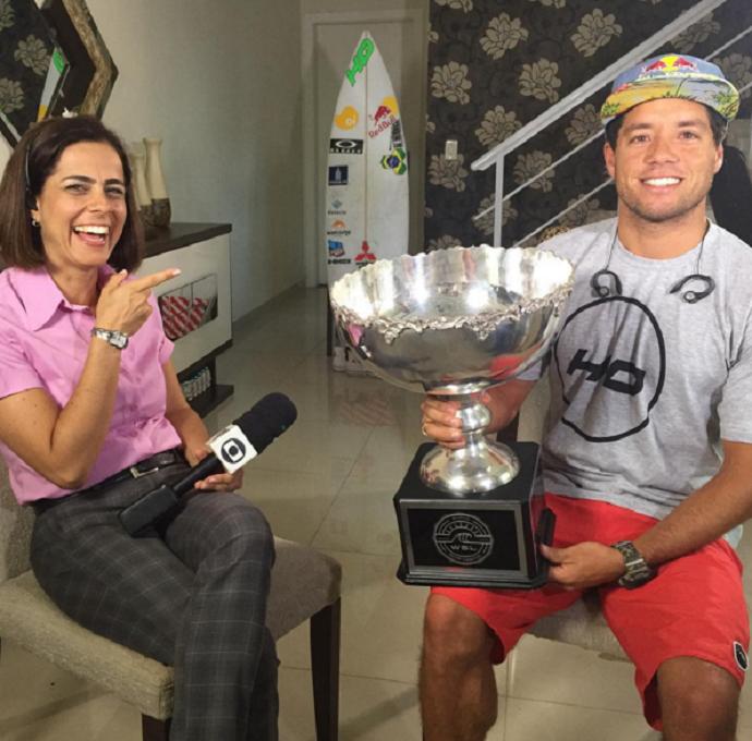 Fabiana Faria, repórter da TV Tribuna, ao lado do campeão Mineirinho (Foto: Reprodução/Instagram)