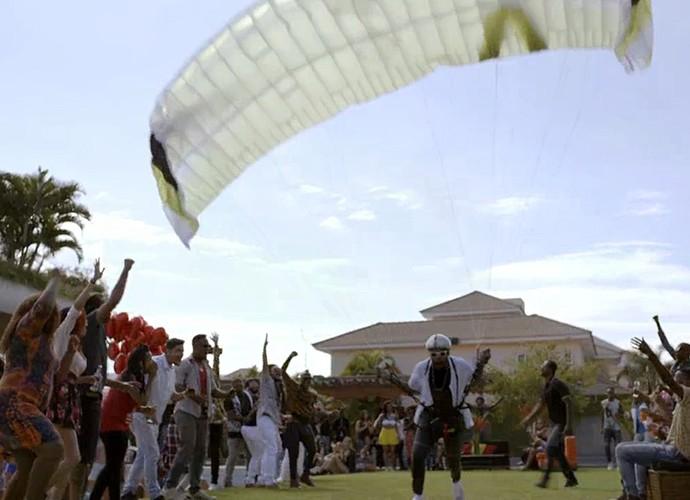 Brau tenta voar de paraquedas na sua própria casa (Foto: TV Globo)
