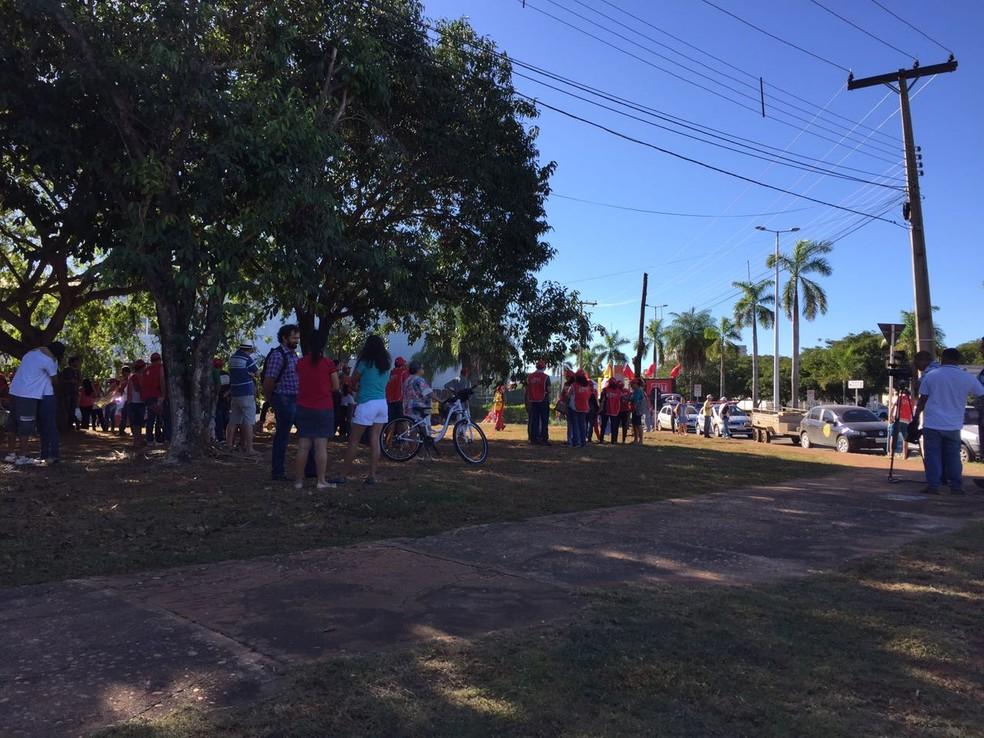 Manifestantes começam a se concentrar em frente a colégio em Palmas (Foto: Mary Araújo/TV Anhanguera)