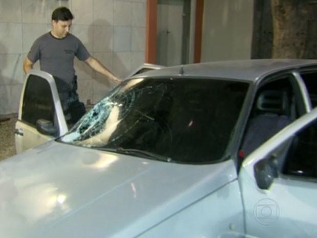 Carro ficou com parabrisa destruído (Foto: Reprodução / TV Globo)