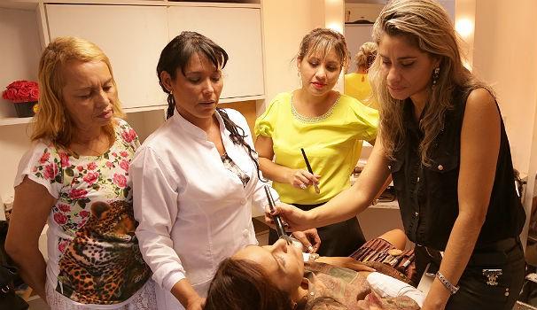 Equipe de maquiadoras monta plano diário de maquiagem para TV Gazeta (Foto: Divulgação/ Serivaldo Júnior)