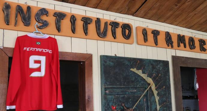 Camisa de Fernandão decora sala do ateliê de Itamor Rodrigues (Foto: Paula Menezes/GloboEsporte.com)