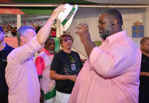 Péricles é presenteado com chapéu personalizado (Foto: Rodrigo Mesquita/Divulgação)