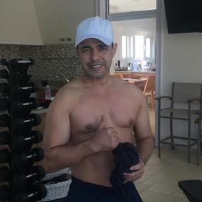 Zezé Di Camargo posa sem camisa (Foto: Reprodução/Instagram)