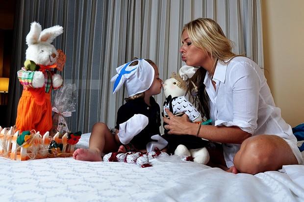Adriane Galisteu e seu filho Vittório posam para o EGO em especial de Páscoa (Foto: Roberto Teixeira / EGO)