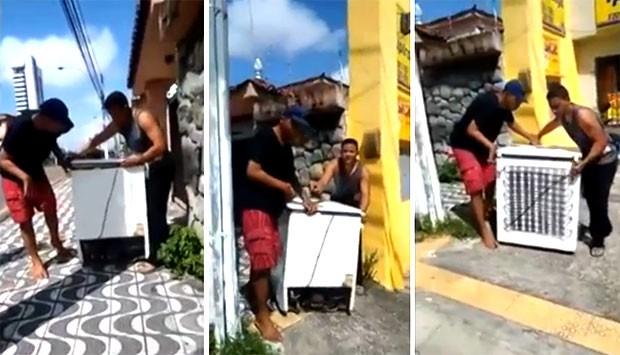 Imagens mostram dois suspeitos devolvendo o freezer furtado para a loja que foi arrombada (Foto: Divulgação/Polícia Militar)