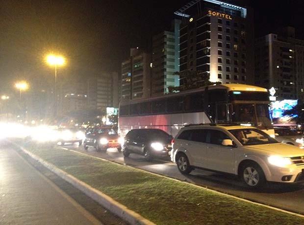 Ônibus da Força Nacional deixou a Ilha em direção a BR-101 (Foto: Joana Caldas/G1 SC)