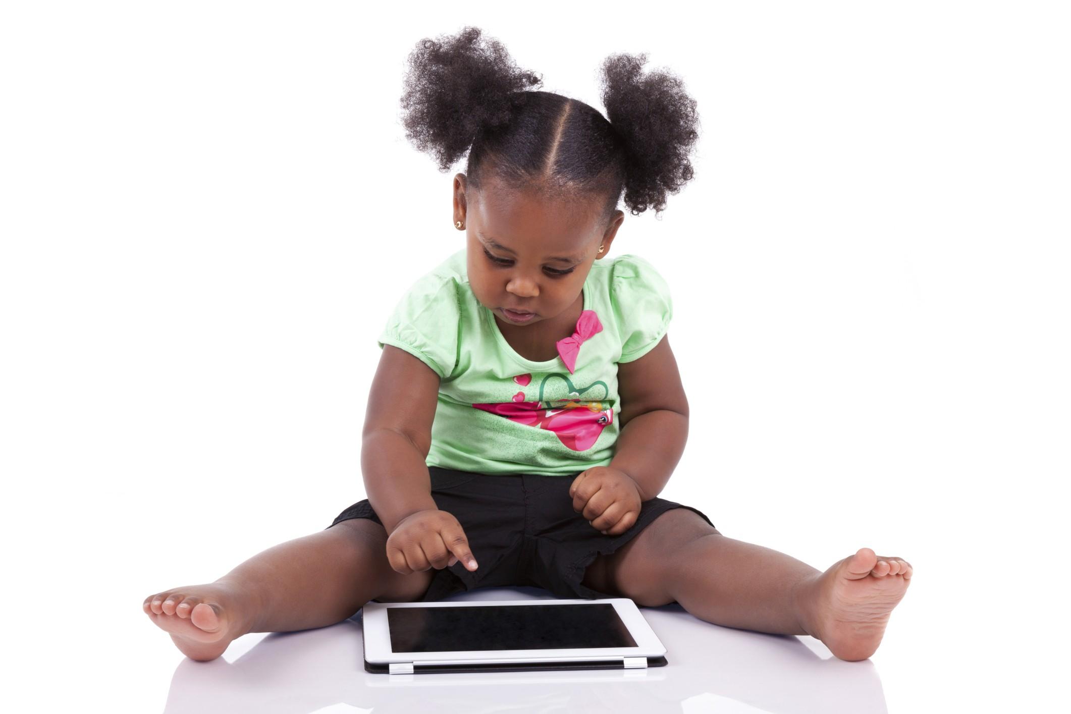 Menina brinca com tablet (Foto: Thinkstock)