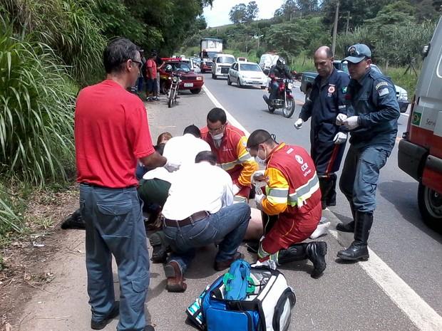 Mulher é atendida após ser atropelada na rodovia Raposo Tavares, em Mairinque (Foto: Divulgação/Corpo de Bombeiros)