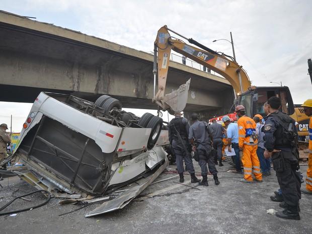 Uma retroescavadeira ajudou no resgate. (Foto: Bruno de Lima/Frame/Estadão Conteúdo)