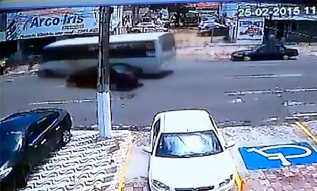 Vídeo mostra que a motorista atravessou a pista, causando a colisão; após a batida, micro-ônibus perde a direção, sobe a calçada e atropela o pedestre que havia acabo de sair de uma livraria (Foto: Reprodução/Inter TV Cabugi)