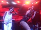Anitta deixa MC Sabrina 'ba-ban-do' por seu bumbum em show no Rio