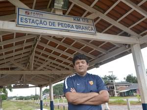Igor Lima mora ao lado de ferrovia em Pedra Branca do Amapari (Foto: Abinoan Santiago/G1)