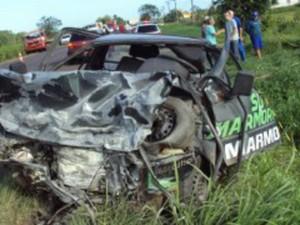 Picape conduzida por idoso bateu em outro veículo, em Ermo (Foto: PMRv/Divulgação)