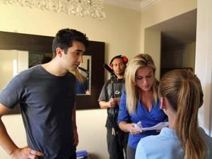 O diretor Thales Corrêa ao lado da atriz Ludmila Dayer, no set de 'Parents' (Foto: Divulgação)
