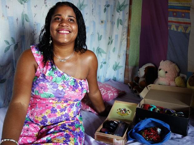 Margareth Rios faz pose para a câmera atenta do G1 e mostra seus acessórios  (Foto: Egi Santana/G1)