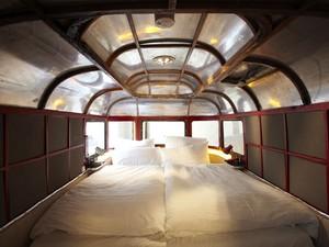 Interior de uma caravana do hotel Hüttenpalast, em Berlim (Foto: Jan Brockhaus/Divulgação)