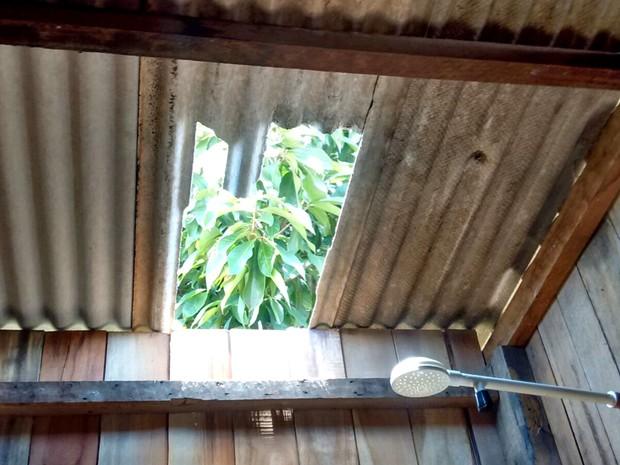 Para entrar na casa de autônoma suspeitos quebraram telha da casa (Foto: Rafisa do Nascimento/Arquivo Pessoal)