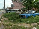 Moradores denunciam terreno que virou cemitério de carros