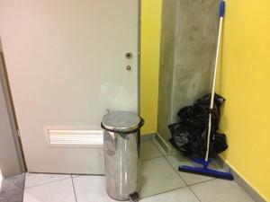 Lixeira segura porta do banheiro na Arena Amazônia (Foto: Hugo Crippa)