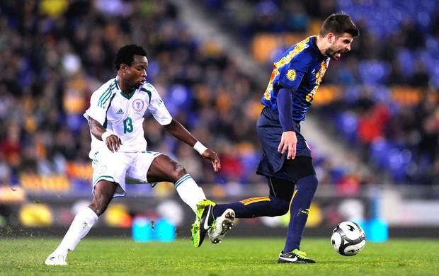 Pique e Emanike, amistoso Catalunha e Nigéria (Foto: Getty Images)
