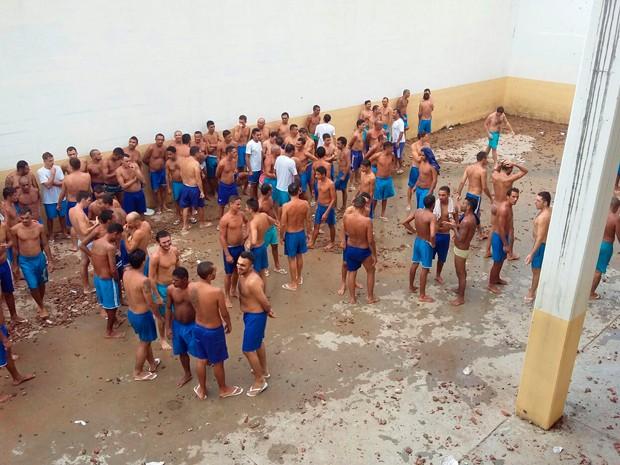 Presos do Rogério Coutinho Madruga nesta quarta-feira, dia em que terminou a onda de rebeliões no RN (Foto: Divulgação/Sejuc-RN)