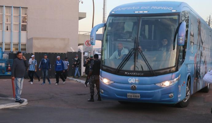 Torcedores fazem protesto na chegada da delegação (Foto: Eduardo Moura)