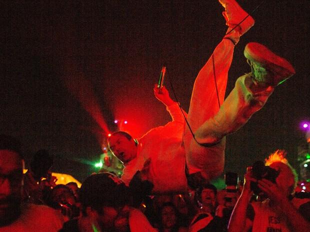 Mike Patton tenta pular na galera e cai em fosso no show do Faith No More no Rock in Rio (Foto: Mauro Pimentel/G1)