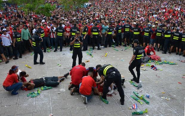 confusão torcida Costa Rica (Foto: AFP)