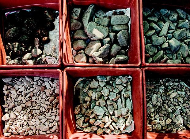 Na Cristiane Rodrigues, seixos e pedriscos em modelos variados a partir de R$ 16 o saco com 40 kg (Foto: Ilana Bar/ Editora Globo)