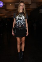 Look do dia: Fiorella Mattheis usa minissaia e camiseta na SPFW