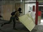 Terceiro dia de protestos no Palácio Guanabara termina em vandalismo