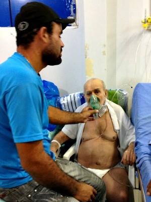 Elias Andrade Filho acompanha o pai no Pronto-Socorro (Foto: Vanessa Vasconcelos/G1)