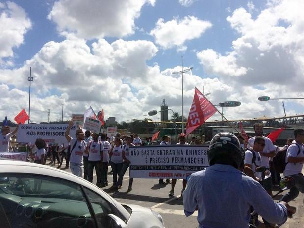 Trânsito está lento no sentido Tancredo Neves (Foto: Juliana Almirante/G1)