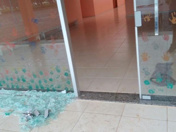 Creche municipal de Nova Erechim teve vidros danificados com os ventos (Foto: Defesa Civil/Divulgação)