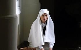 Veja a primeira foto de Gerusa como noviça de convento sombrio e isolado do mundo!