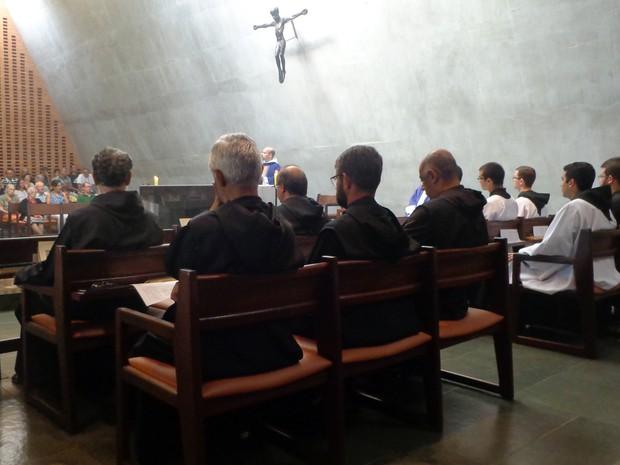 Monges participam da missa no mosteiro de São Bento, em Vinhedo (SP) (Foto: Matheus Filippi/G1)