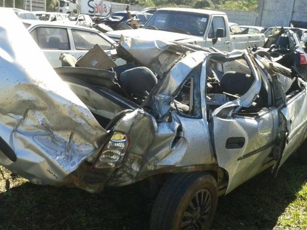 Os sete ocupantes do carro estavam sem cinto de segurança, diz bombeiros (Foto: Valdinei Oliveira/RPC TV)