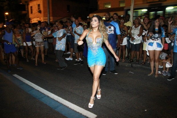 Lexa no ensaio de rua da Vila Isabel (Foto: Marcos Ferreira/Brazil News)