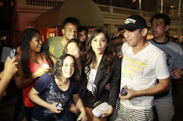 Anitta e fãs (Foto: Isac Luz / EGO)