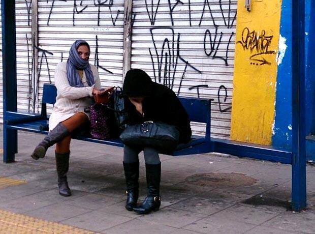 Mulheres tentam se proteger do frio no Centro de Campinas (Foto: Patrícia Teixeira / G1)