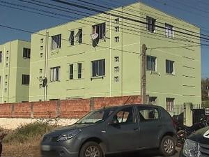 Homem tranca criança em quarto e mata mulher em outro, diz polícia (Foto: Reprodução / RPC TV)