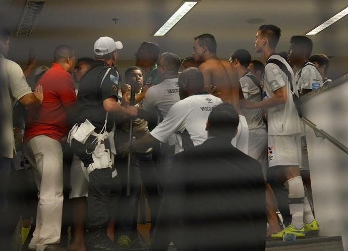 Confusão na preliminar de juniores Flamengo x Vasco (Foto: André Durão / GloboEsporte.com)