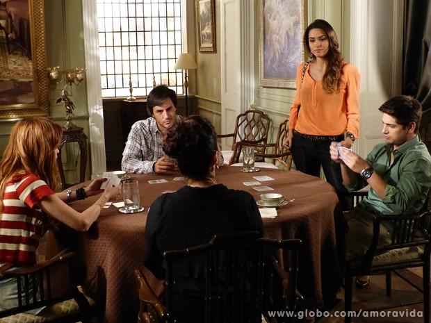Natasha começa a pôr ordem na casa: 'Lídia não é mais empregada' (Foto: Amor à Vida / TV Globo)